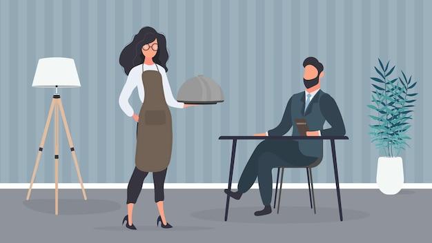 Una cameriera tiene in mano un piatto con un coperchio di metallo. a un uomo viene servito del cibo. concetto di servizio ristorante. vettore.