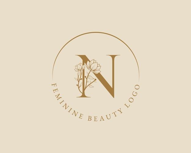 Modello di logo della corona di alloro iniziale della lettera n botanica femminile per la partecipazione di nozze del salone di bellezza della spa