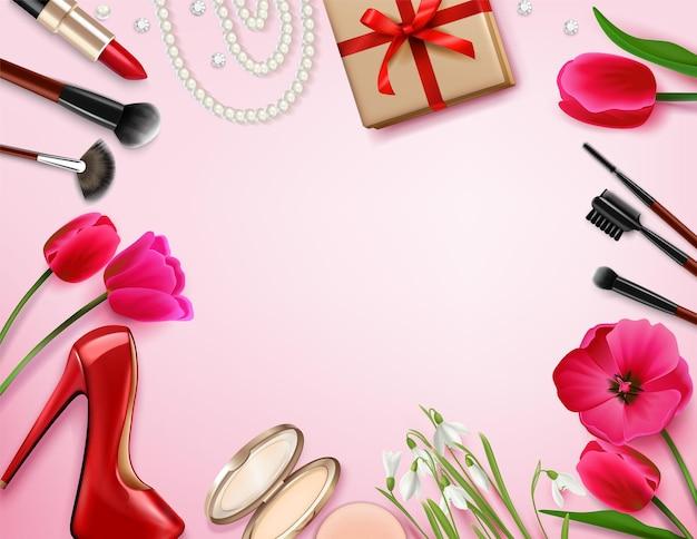 Composizione femminile con spazio rosa vuoto circondato da fiori, prodotti cosmetici e regali