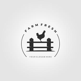 Icona dell'annata di progettazione dell'illustrazione di vettore di logo del gallo dell'azienda agricola del recinto