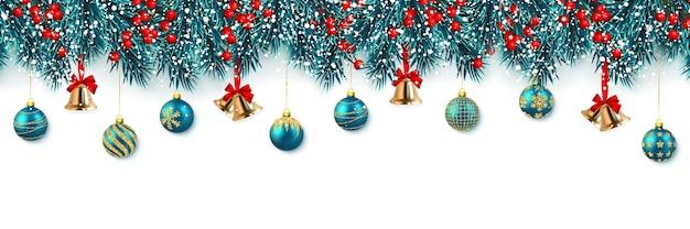 Rami di albero di natale festivi con bacche di agrifoglio, campana jingle e palla di natale.