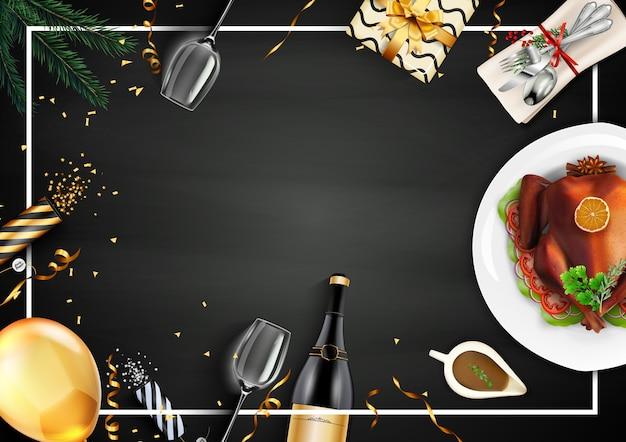Cena festiva con arrosto di tacchino su sfondo di lavagna