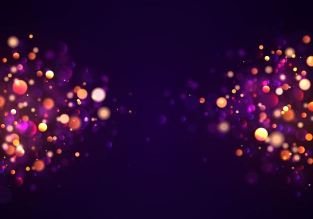 Priorità bassa luminosa viola e dorata festiva con il bokeh variopinto degli indicatori luminosi. cartolina d'auguri di concetto. manifesto di vacanza magica, banner. scintille dorate luminose di notte estratto chiaro.