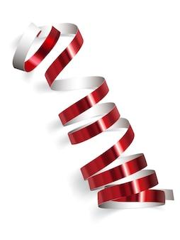 Nastro rosso festivo su sfondo bianco. stelle filanti realistiche. decorazione serpentina per feste di carnevale per il tuo banner e design di carte fantastiche.