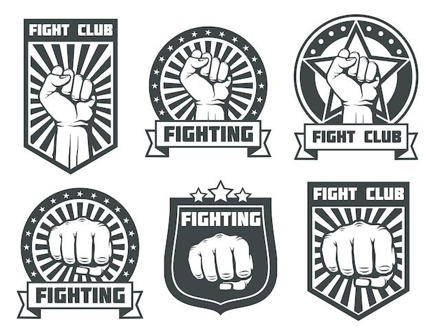 Combatti il club con le etichette d'annata del pugno, i loghi, insieme di vettore degli emblemi. sport da pugilato, kickboxing logotipo il