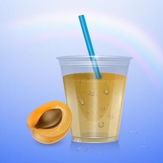 Bicchiere di plastica usa e getta riempito con bevanda fresca di albicocca arancione paglia