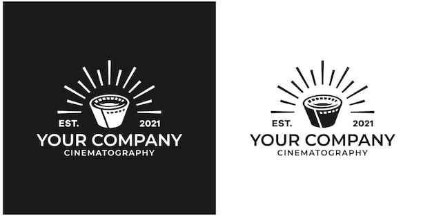 Nastri in rotolo di pellicola, strisce di bobine di film, design del logo di produzione di studi video cinematografici vettore premium
