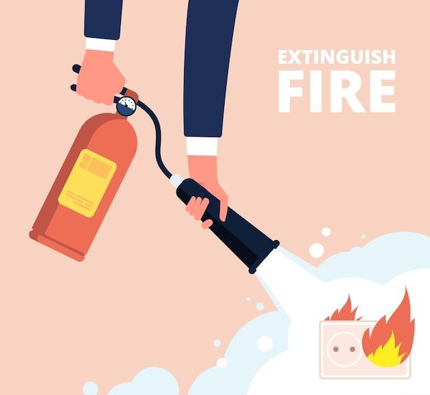 Estintore e presa elettrica. il vigile del fuoco spegne il cablaggio antincendio in casa