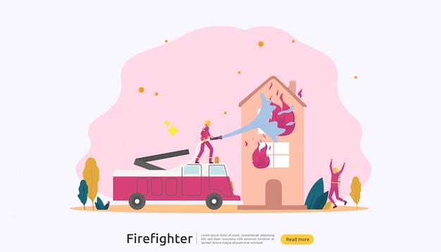 Pompiere in uniforme con acqua nebulizzata dal tubo flessibile per la casa in fiamme antincendio