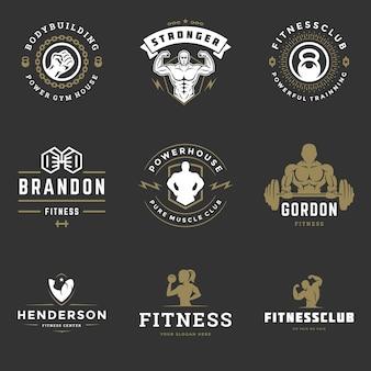 I loghi e i distintivi del centro fitness e della palestra sportiva progettano l'illustrazione di vettore stabilita. etichette tipografiche retrò con segni e sagome di attrezzature sportive.