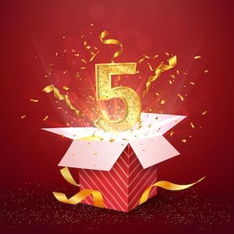 Numero di cinque anni anniversario e confezione regalo aperta con elemento di design isolato coriandoli esplosioni