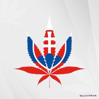 Bandiera della slovacchia a forma di foglia di marijuana. il concetto di legalizzazione della cannabis in slovacchia.