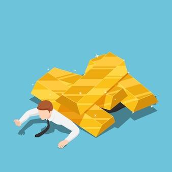 Piatto 3d isometrico uomo d'affari sotto il mucchio di lingotti d'oro. crisi dei prezzi del mercato dell'oro e concetto di investimento.