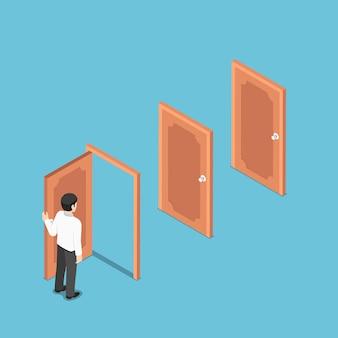 Uomo d'affari isometrico 3d piatto che apre la porta e si affaccia su altre porte. opportunità di business e concetto di carriera.