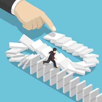 Piatto 3d isometrico uomo d'affari scappando su domino che cade a mano grande. effetto domino e concetto di crisi aziendale.