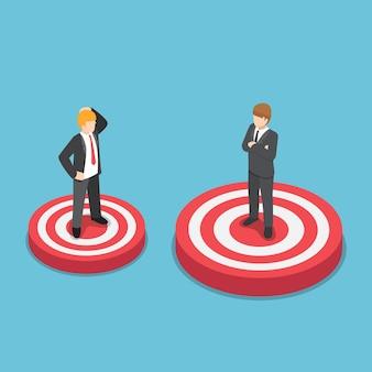 Uomo d'affari isometrico 3d piatto in piedi su un bersaglio più grande del suo amico. visione e concetto di obiettivo aziendale.