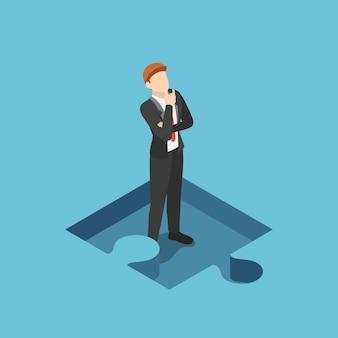 Piatto 3d isometrico uomo d'affari in piedi e pensando nella parte mancante del puzzle. concetto di soluzione aziendale.