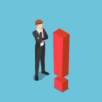 Piatto 3d isometrico uomo d'affari curioso in piedi con punto esclamativo. situazione aziendale difficile e concetto di cautela.
