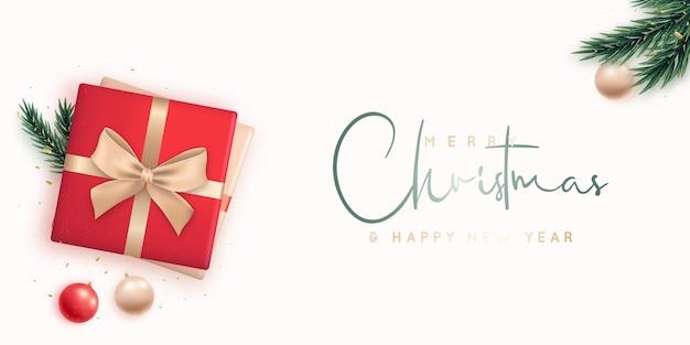 Composizione piatta con scatole regalo e decorazioni natalizie, vista dall'alto.