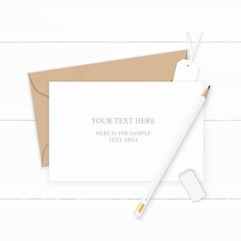 Piatto laici vista dall'alto elegante composizione bianca lettera carta kraft busta gomma da matita e tag su sfondo di legno.