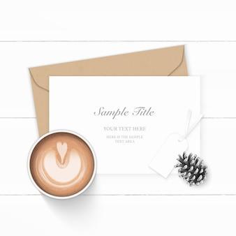 Flat top view elegante composizione bianca lettera kraft busta di carta cono di pino e caffè su sfondo di legno.