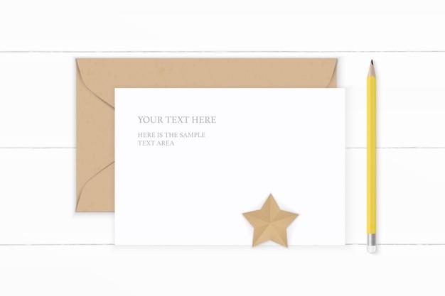 Piatto laici vista dall'alto elegante composizione bianca carta da lettere busta kraft a forma di stella mestiere e matita gialla su sfondo di legno.