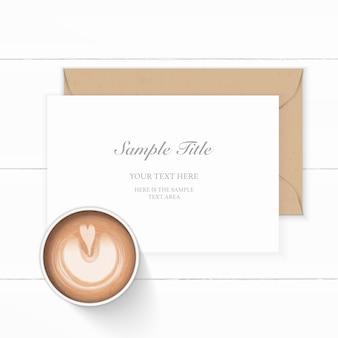 Laici piatta vista dall'alto elegante composizione bianca carta kraft busta e caffè su sfondo di legno.