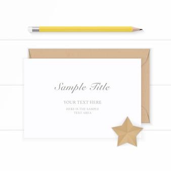 Laici piatta vista dall'alto elegante composizione bianca busta di carta kraft e matita gialla su sfondo di legno.