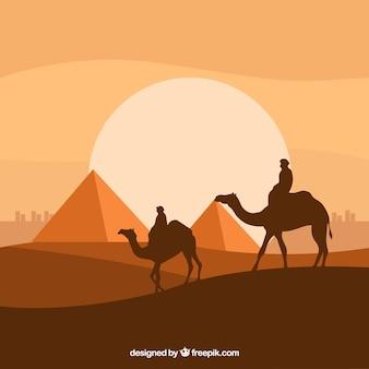 Paesaggio piatto notturno con piramidi egiziane e carovana di cammelli