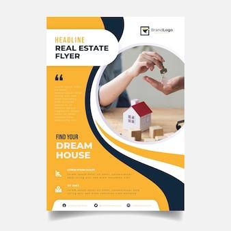Modello di manifesto immobiliare piatto con foto