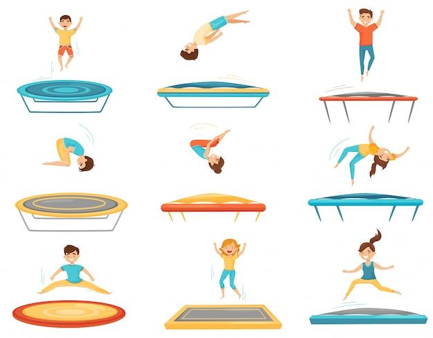Set piatto di bambini che saltano sui trampolini. felici ragazzi e ragazze che si divertono. tempo libero attivo. ricreazione per bambini