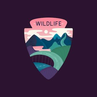 Illustrazione vettoriale di stile piatto del modello di progettazione dell'emblema del logo grafico multicolore con la carreggiata che conduce attraverso le montagne e l'iscrizione della fauna selvatica su sfondo nero