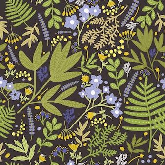 Modello senza cuciture floreale con bei fiori e foglie di fioritura blu e gialli su fondo nero.