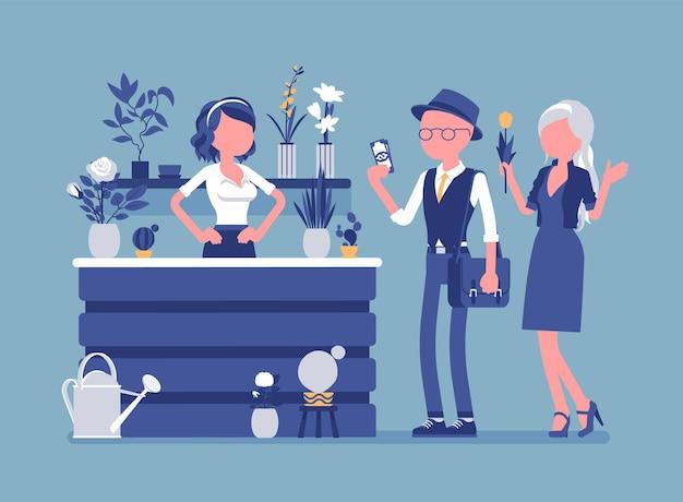 La signora del negozio di fiori vende organizza fiori recisi per i clienti