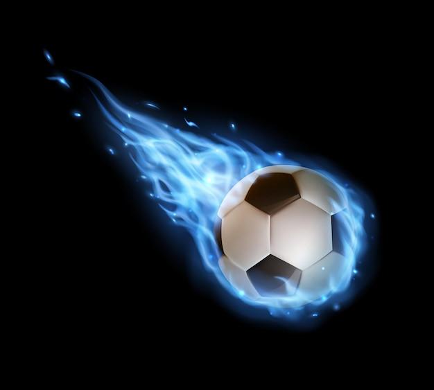 Pallone da calcio volante con scie di fuoco blu, pallone da calcio che cade in fiamme o fiammeggia con le lingue