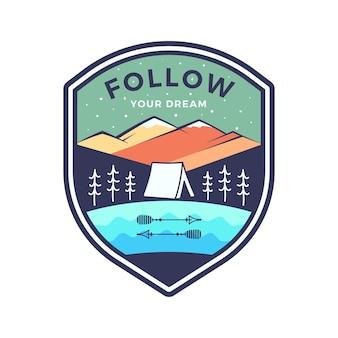 Segui il logo dei tuoi sogni, il design dell'emblema dell'avventura in campeggio retrò con montagne e tenda. vettore