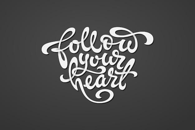 Segui la scritta del tuo cuore a forma di cuore su sfondo grigio scuro.