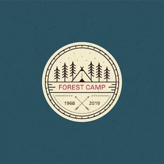 Distintivo del campo nella foresta. illustrazione al tratto in bianco e nero. trekking, emblema del campeggio.