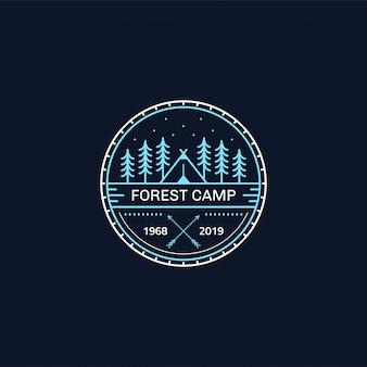 Distintivo del campo nella foresta. illustrazione al tratto. trekking, emblema del campeggio.