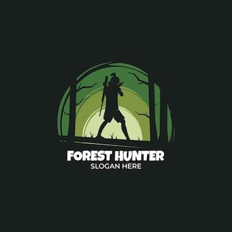 Logo del cacciatore di foreste in stile scuro