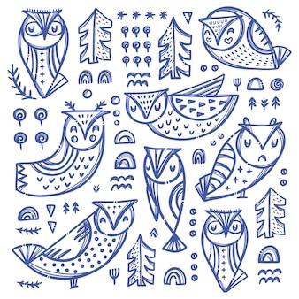 Collezione di gufo della foresta variazioni di uccelli con alberi e altre piante in colore blu su sfondo bianco fumetto disegnato a mano