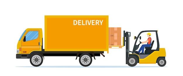 Carrelli elevatori che caricano scatole per pallet nel camion.