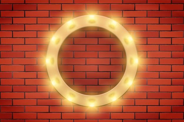 Cornice della lampadina retrò sul muro di mattoni.