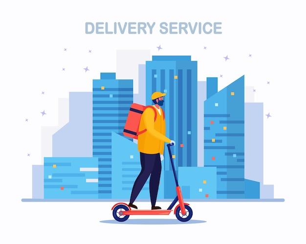 Servizio di consegna veloce gratuito con monopattino. il corriere consegna l'ordine del cibo. l'uomo viaggia in città con un pacco. spedizione espressa