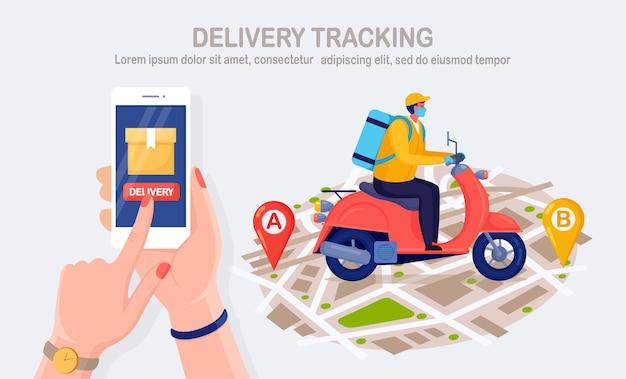 Servizio di consegna veloce gratuito in scooter. il corriere consegna l'ordine del cibo. tenere in mano il telefono con l'app mobile