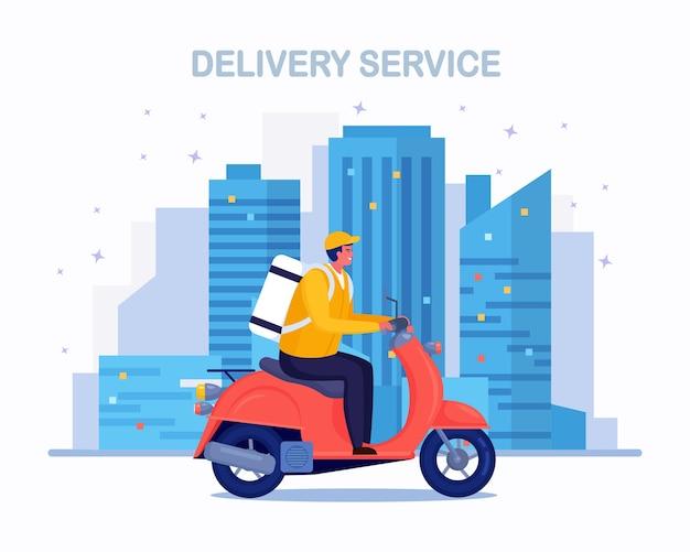 Servizio di consegna veloce gratuito in scooter. il corriere consegna l'ordine del cibo. l'uomo viaggia in città con un pacco. spedizione espressa