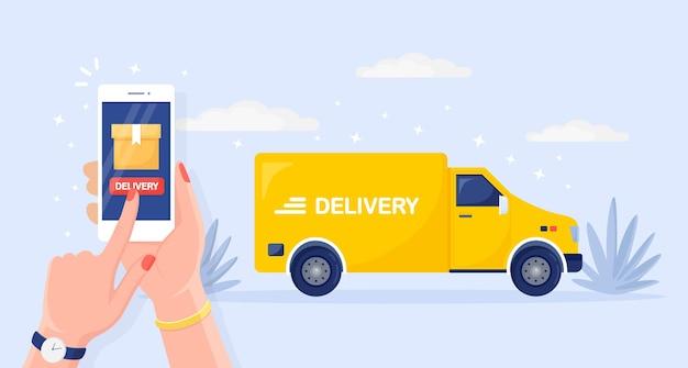 Servizio di consegna veloce gratuito con camion, furgone. il corriere consegna il cibo ordinato in auto. tenere in mano il telefono con l'app mobile. monitoraggio del pacco online