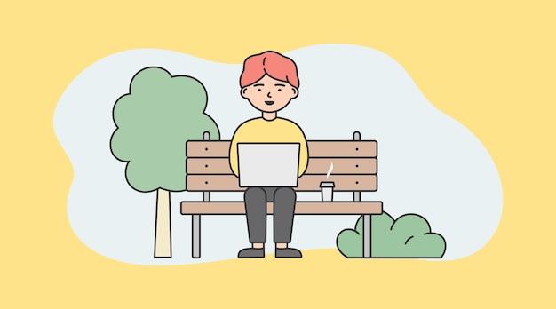 Freelance, lavoro autonomo e concetto di lavoro a distanza. imprenditore remoto lavoratore o libero professionista sta lavorando al computer portatile seduto sulla panchina del parco.