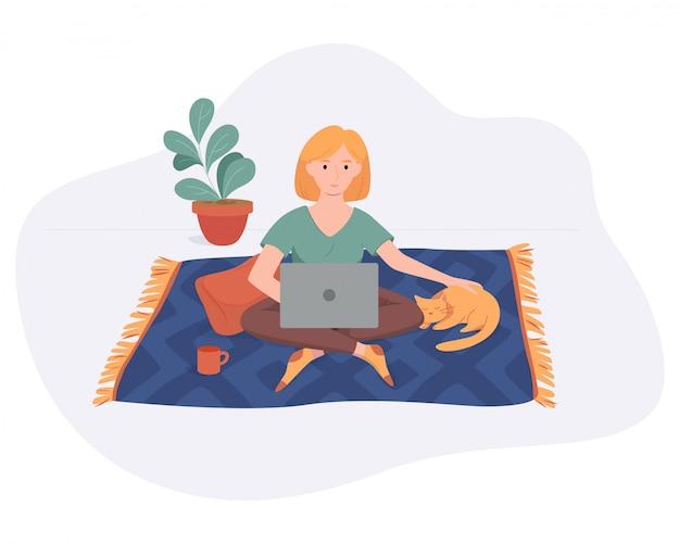 Lavoro indipendente della donna dallo spazio comodo domestico su tappeto con stile piano del gatto e del computer isolato su bianco. concetto autonomo della ragazza delle free lance che lavora online.