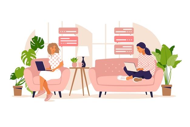Lavoro freelance. le ragazze lavorano al computer a casa sul divano. freelance o studio del concetto. le ragazze hanno molto lavoro. studente che studia a casa. piatto.